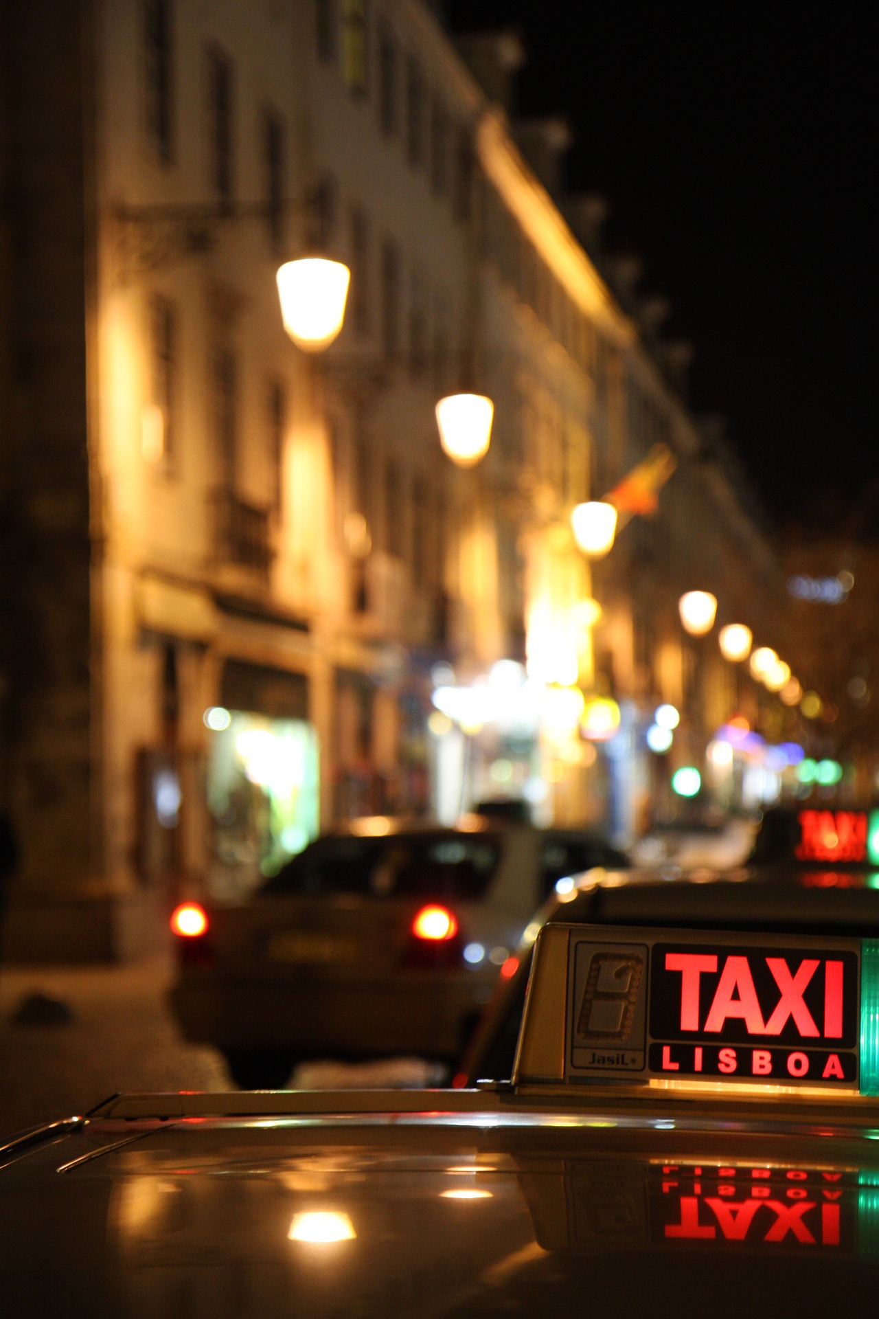 https://pixabay.com/en/taxi-portugal-lisbon-downtown-road-950078/